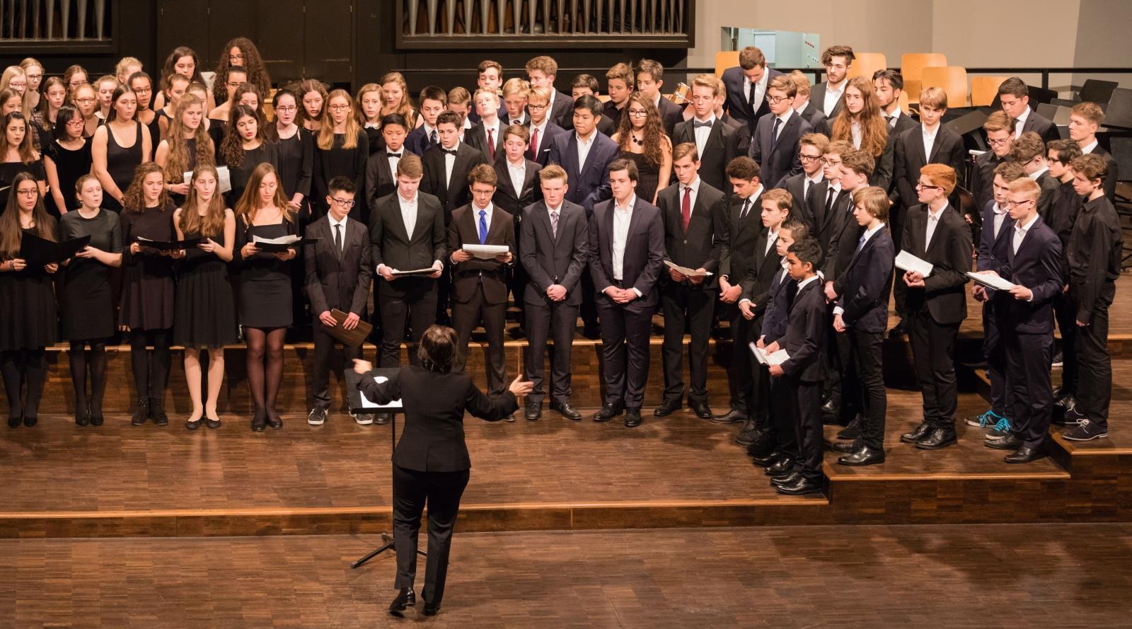 Chor der Mittel- und Oberstufe unter der Leitung von Frau Mittenhuber 1