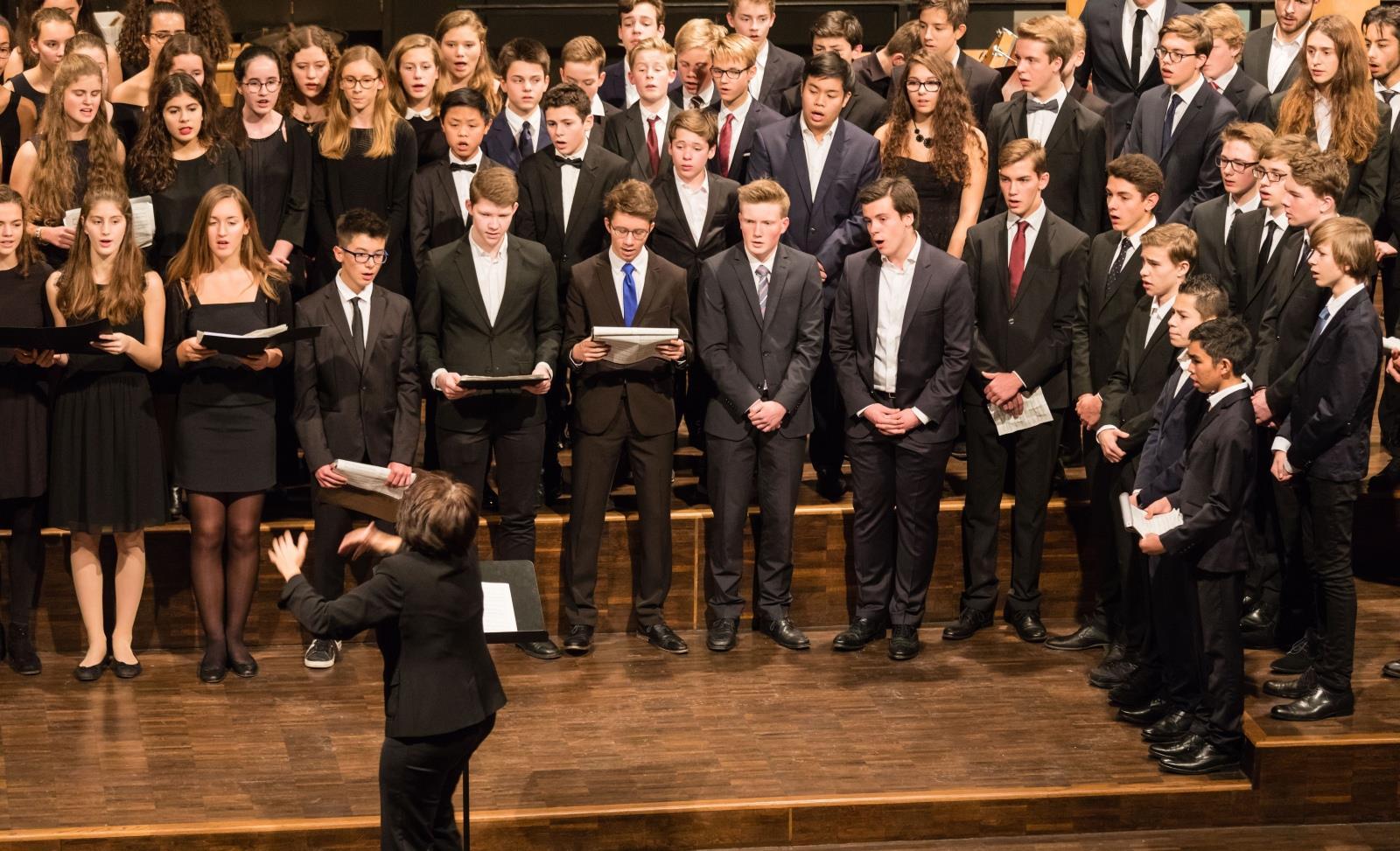 Chor der Mittel- und Oberstufe unter der Leitung von Frau Mittenhuber
