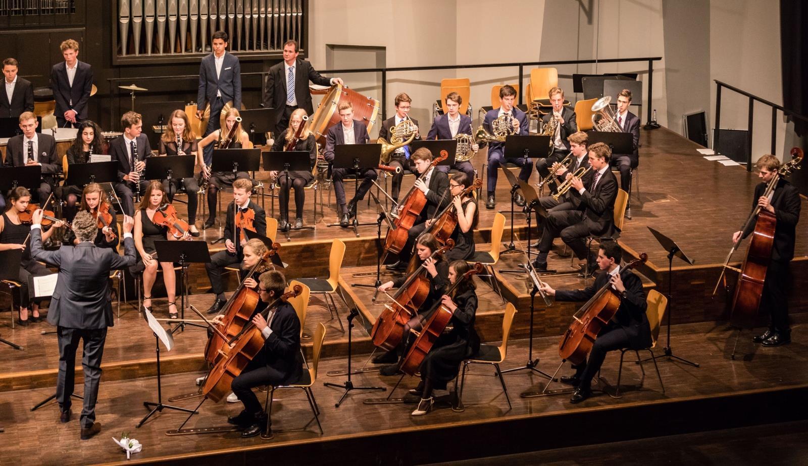 Das Große Orchester unter der Leitung von Herrn Pfannmüller