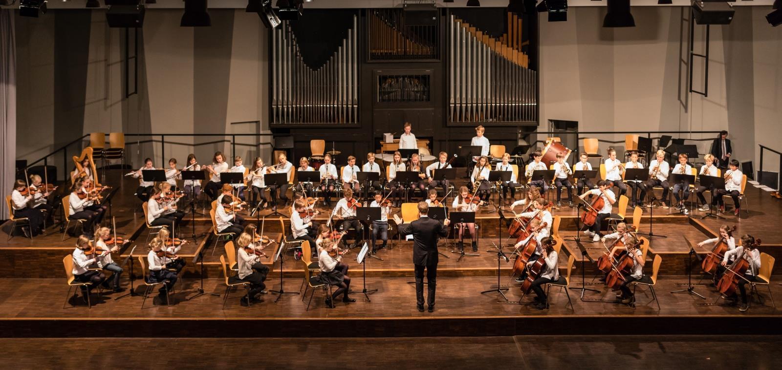 Das Kleine Orchester unter der Leitung von Herrn Stücher