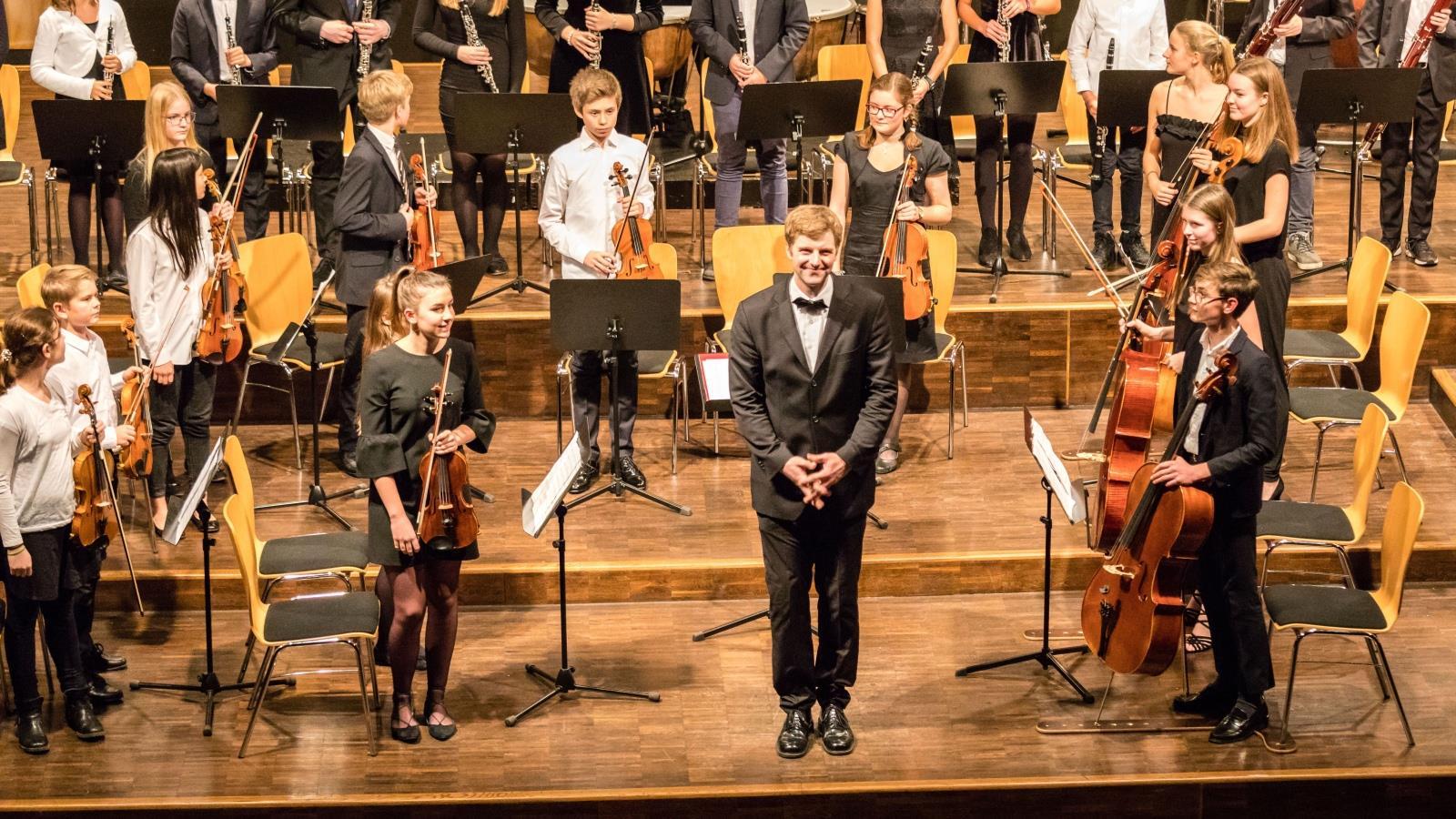 Das Mittlere Orchester unter der Leitung von Herrn Stücher 1
