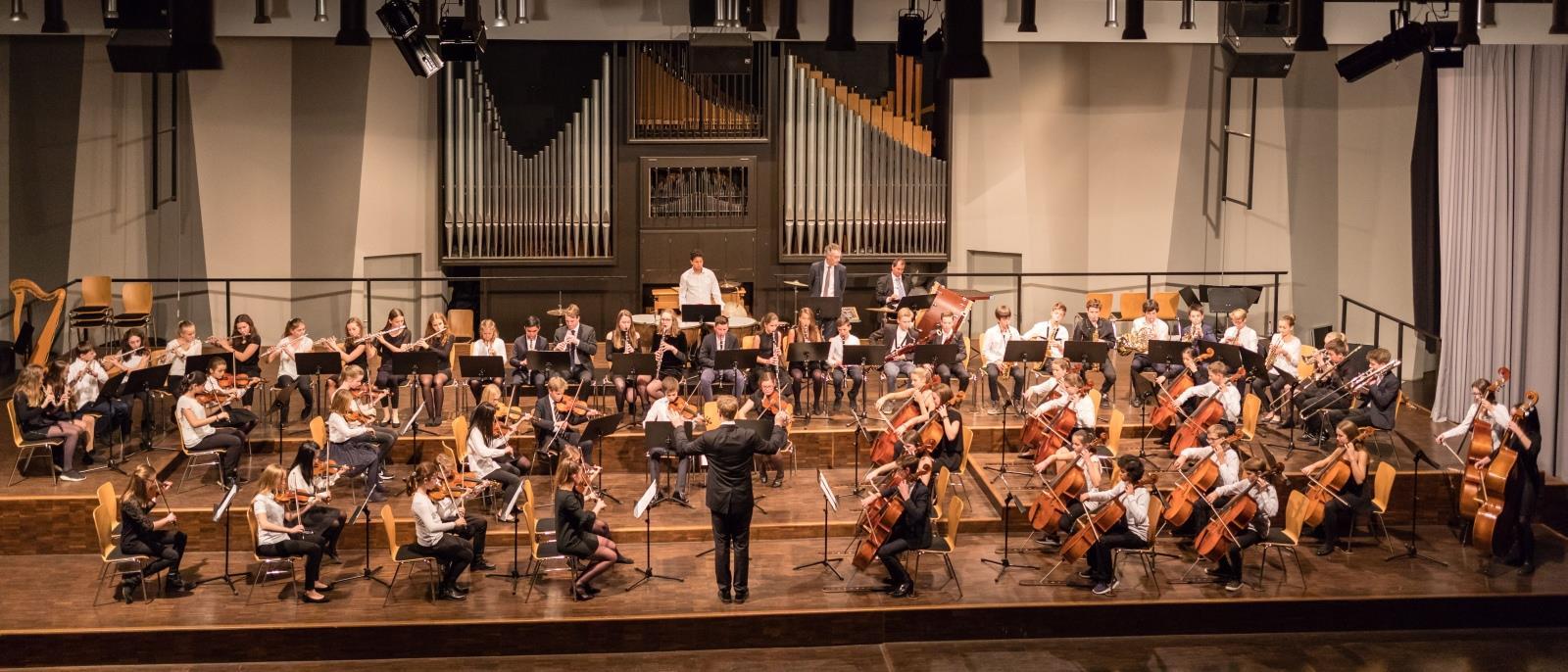 Das Mittlere Orchester unter der Leitung von Herrn Stücher