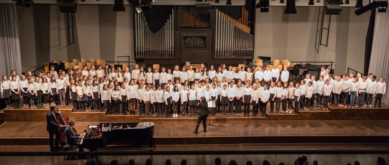 Der Chor der Klassen 6 und 7 unter der Leitung von Frau Mittenhuber (begleitet von Herrn Stücher und Herrn Pfannmüller)