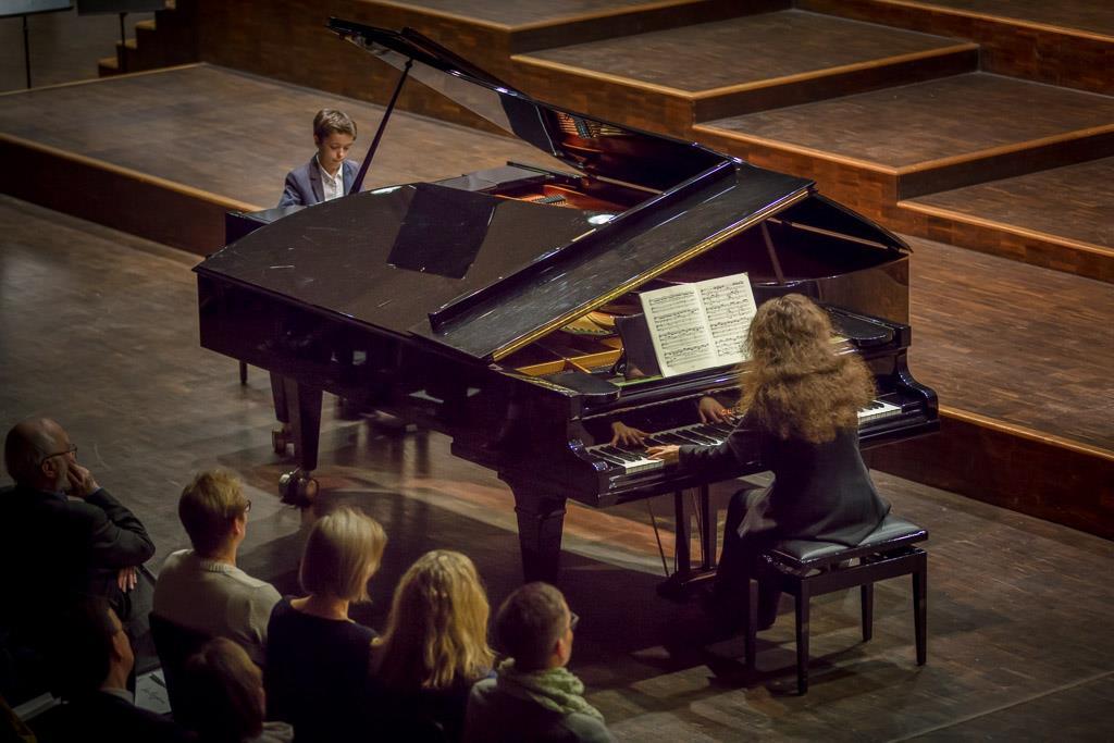 Johann Sebastian Bach - Konzert f-Moll (Emilio Niebler, V, Klavier und Anna Tyshayeva, Klavier) 1
