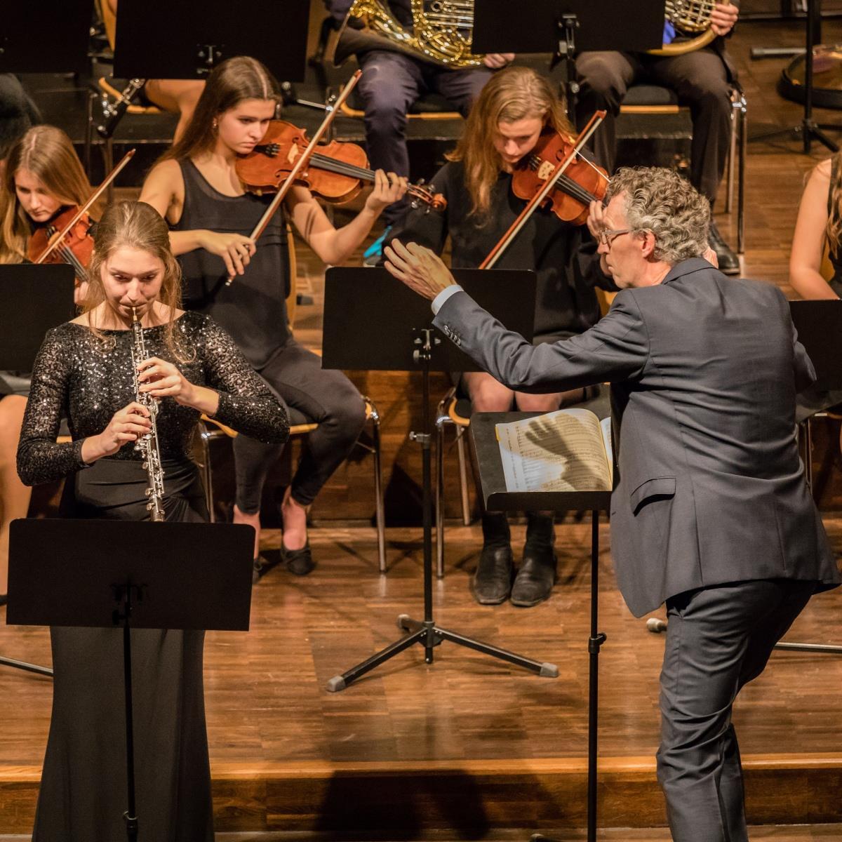 Simona Heußlein (Solistin des Oboenkonzertes) und Herr Pfannmüller (Dirigent) 1