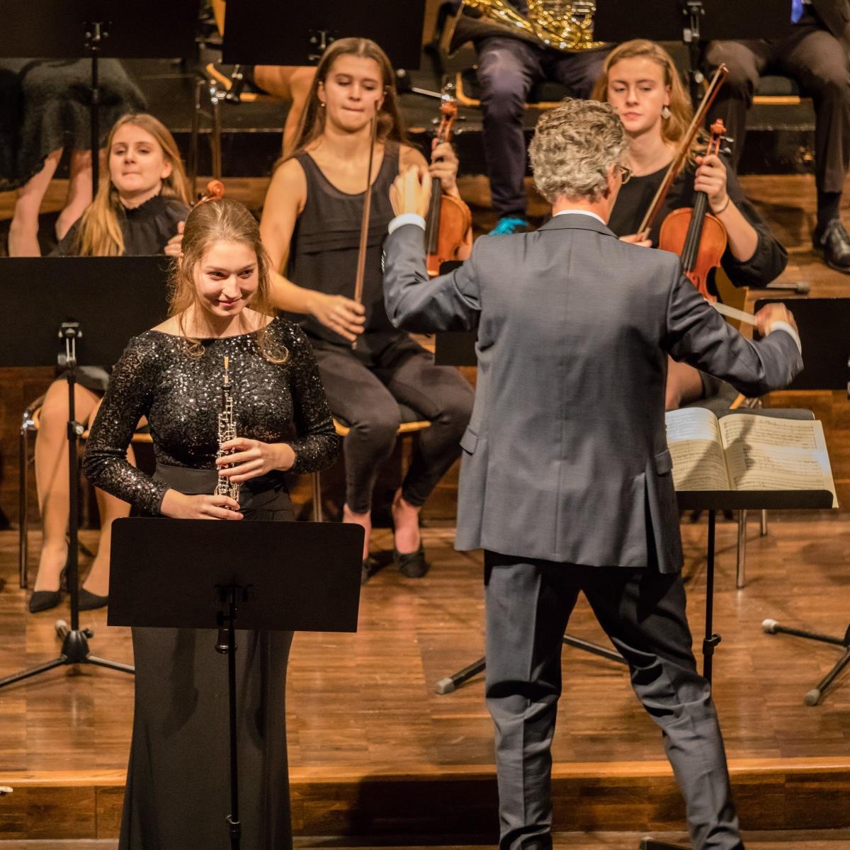 Simona Heußlein (Solistin des Oboenkonzertes) und Herr Pfannmüller (Dirigent) 2