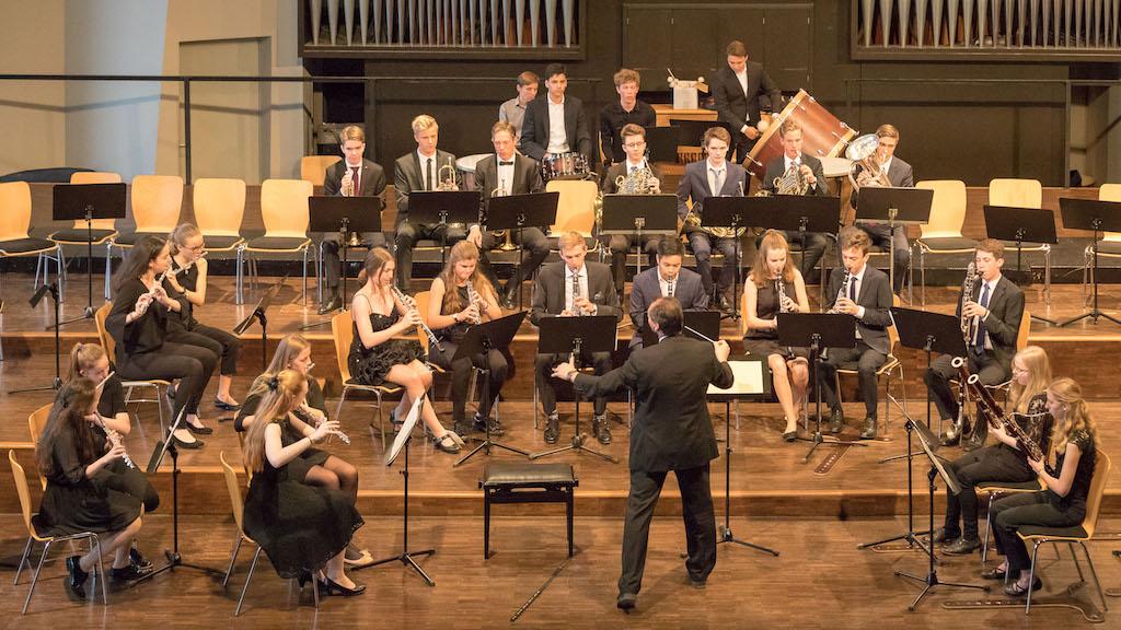 Bläser des Großen Orchesters mit Herrn Stützle