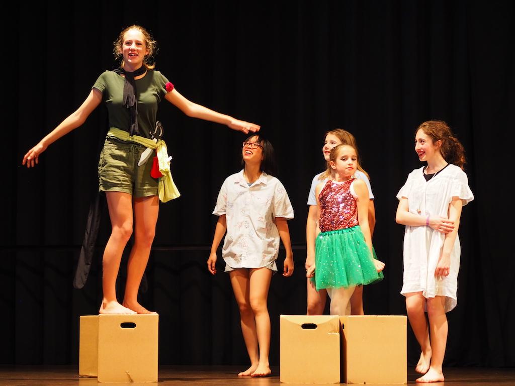 Peter Pan (Carlotta Wiser) bringt Wendy und ihren Brüdern das Fliegen bei.