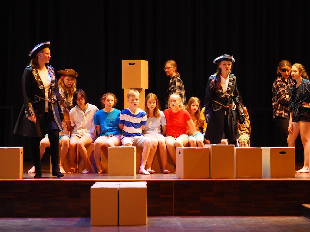 Endlich haben die Piraten die verlorenen Jungs. Aber sie haben ihre Rechnung ohne Peter Pan gemacht.