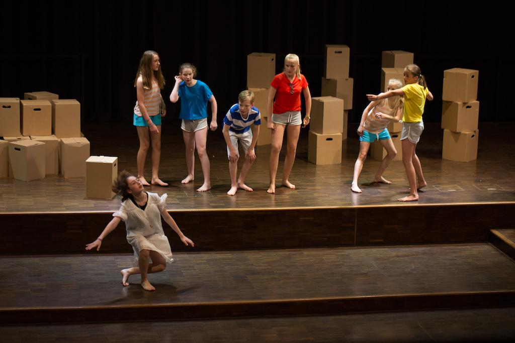 Tinkerbell (Vittoria Angeloni) möchte, dass die verlorenen Jungs (v.l.: Julia Schmidt, Sarah Schuster, Hendrik Mailand, Cosima Brinkmann, Charlotte Storim und Marie Freyberg) Wendy abschießen.