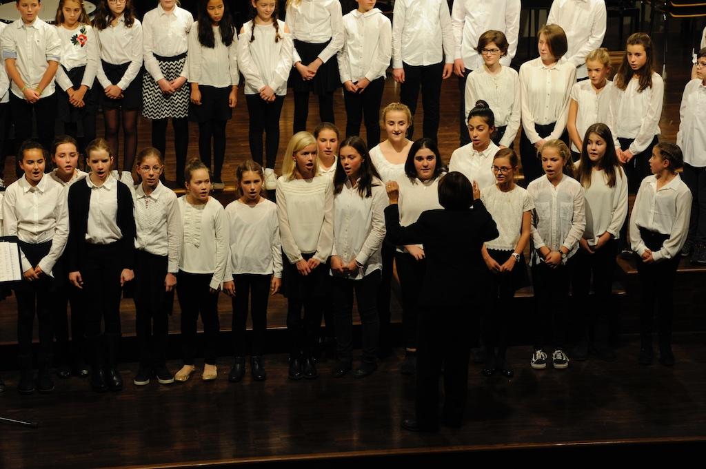 Der Chor der Jahrgangsstufen 6 und 7 unter der Leitung von Frau Mittenhuber Instruments of Peace von Dearman und The Lord bless you and keep you von Rutter