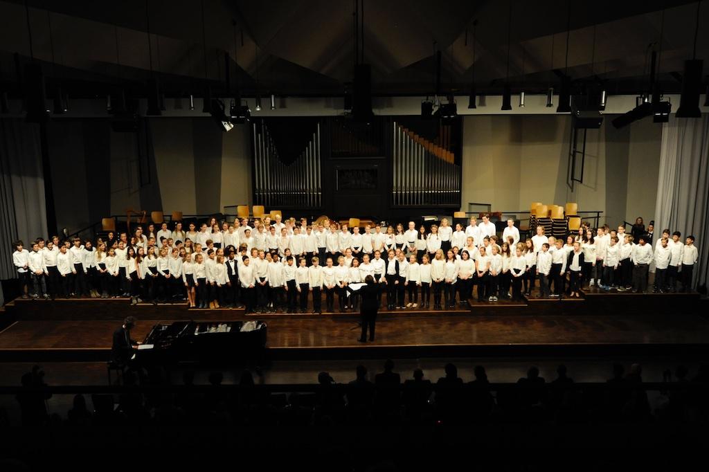 Der Chor der Jahrgangsstufen 6 und 7 singen unter der Leitung von Frau Mittenhuber  All things bright and beautiful von John Rutter