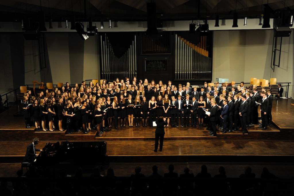 Der Große Chor unter der Leitung von Frau Mittenhuber Sanctus und Psalm 23 von Schubert; Bleib bei uns Herr von Monk