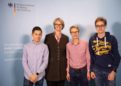 "Garlef M., Kevin V. und Emanuel v. J. vom ""Lessing- Journal"" mit Bundesministerin Anja Karliczek"
