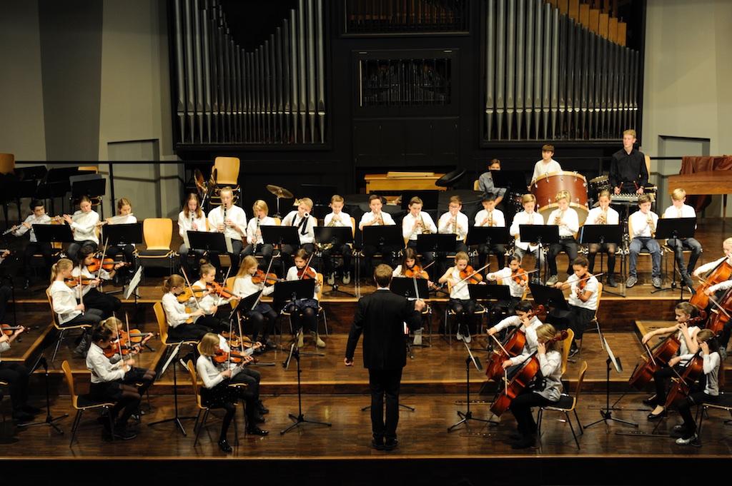 Das Kleine Orchester unter der Leitung von Herrn Stücher Super Trouper von ABBA und James Bond von Norman
