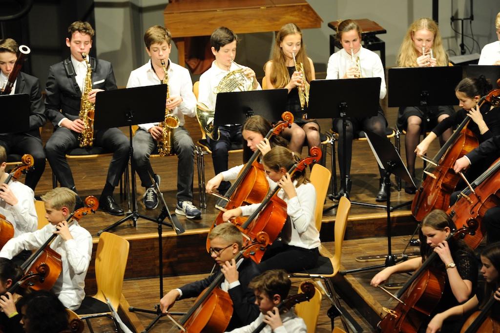 Streicher und Bläser des Mittleren Orchesters 2 Tänze von Praetorius und Valdres von Johannes Hanssen