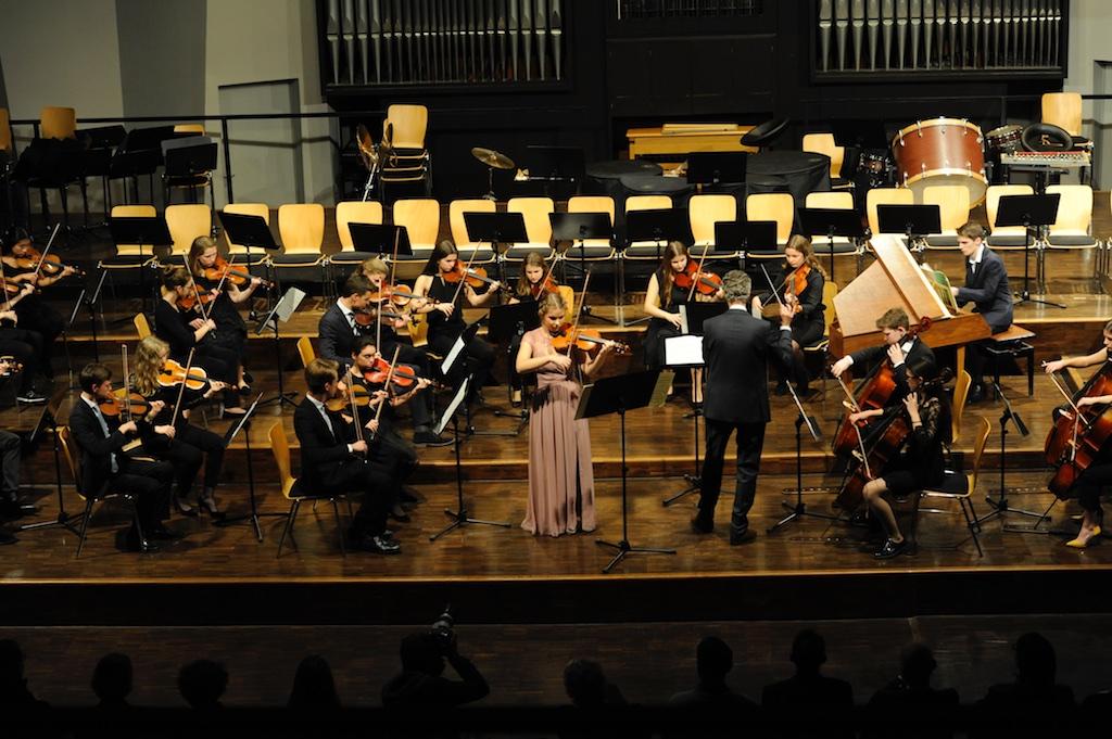 Fenja Böer und die Streicher des Großen Orchesters Violinkonzert E-Dur von J. S. Bach