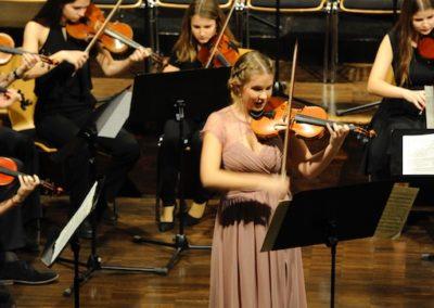 Fenja Böer als Solistin beim Violinkonzert E-Dur von Bach mit den Streichern des Großen Orchesters