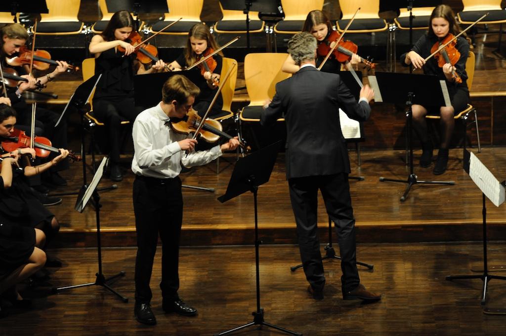 Streicher des großen Orchesters mit Elias Spangenberg als Solist an der Violine