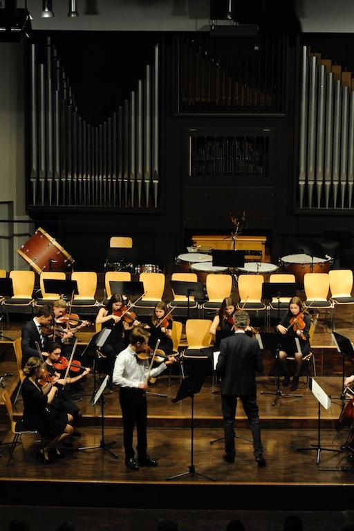 Elias Spangenberg mit den Streichern des Großen Orchesters unter der Leitung von Herrn Pfannmüller - Violinkonzert Nr. 1 von Acolay