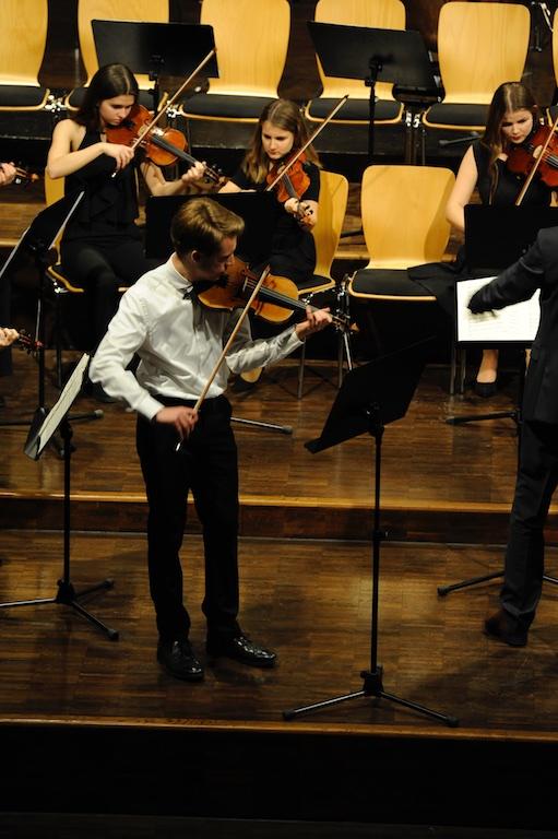 Elias Spangenberg als Solist beim Violinkonzert Nr. 1 von Acolay
