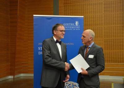 Universitätsvizepräsident Prof. Dr. Erb mit dem Schulleiter Herrn Mieles