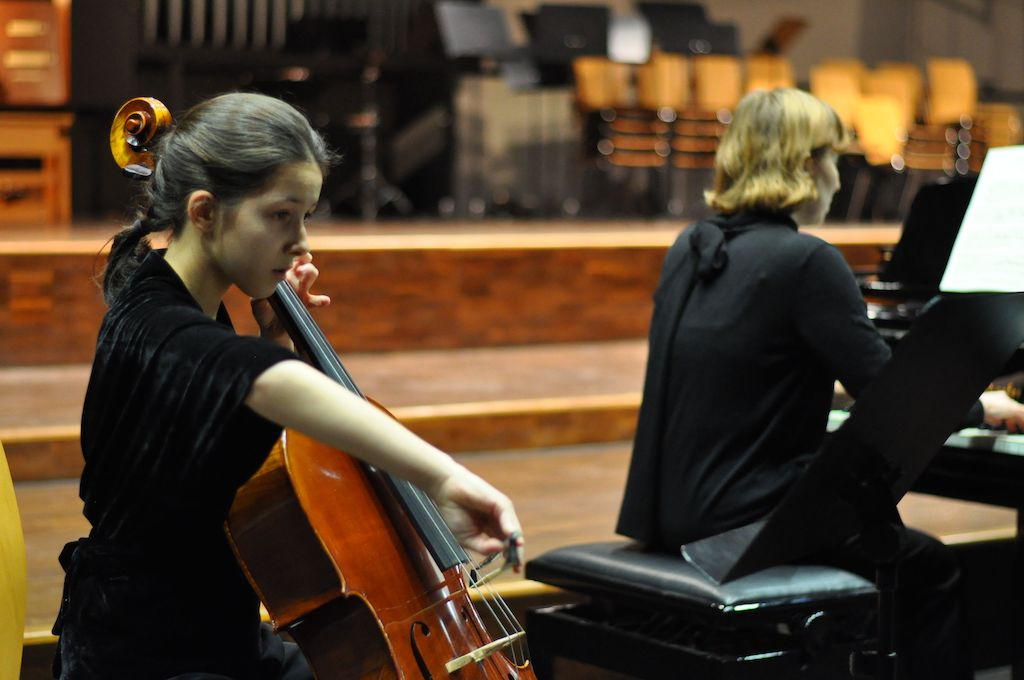Yamina E. C., Violoncello - Paul Hindemith Drei leichte Stücke Nr. 1 und 3