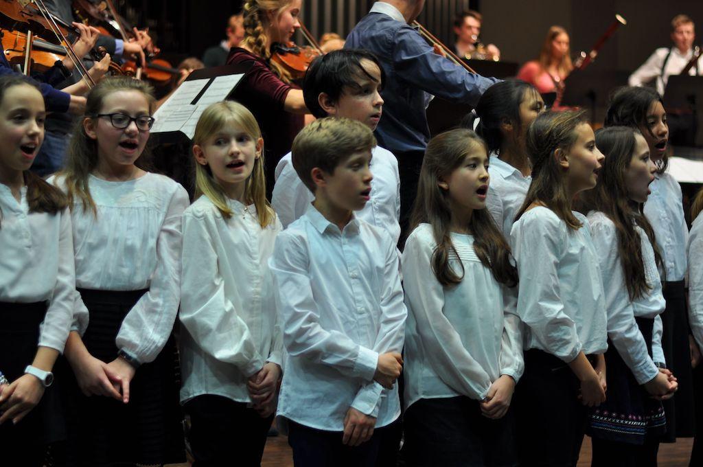 Chor der Jahrhangsstufe 5 mit dem großen Orchester