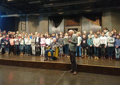 Herr Kaschner lauscht den Dankesworten des Schulleiters