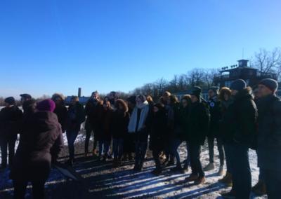 Bei klirrender Kälte lauschen wir dem bedrückenden Vortrag in Buchenwald