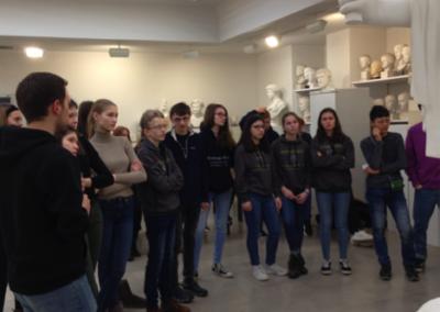 Griechisch-Schülerinnen und -Schülern der E-Phasen und 8. Klassen in der Sammlung