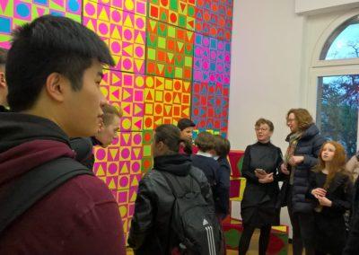 Schule trifft Galerie trifft Schule - Frau Stiper im Gespräch mit Gästen