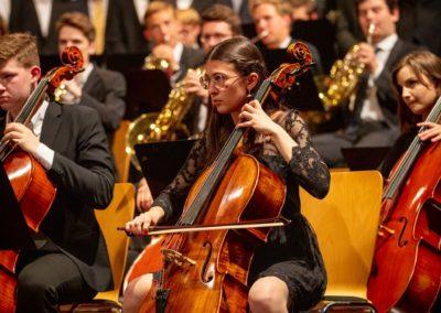 Celli, Hörner, Männerstimmen des Großen Chores musizieren Jenkins