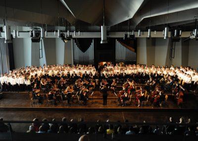 Griegs Landerkennung musiziert von Chor 5-6-7 und Großem Orchester