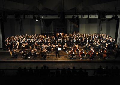 Großer Chor und Großes Orchester musizieren Teile aus Jenkins Peacemakers
