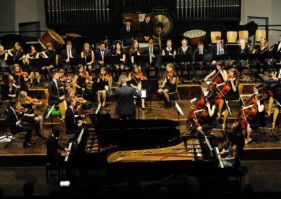 Großes Orchester begleitet Marina Abrahamyan und Sebastian Ickstadt
