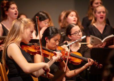 Großes Orchester und Großer Chor musizieren Jenkins