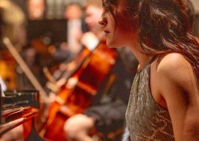 Marina Abrahamyan spielt den anderen Klavierpart des Konzertstücks für 2 Klaviere