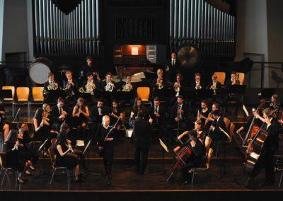 Martha Suys wird von den Bläsern des Großen Orchesters begleitet