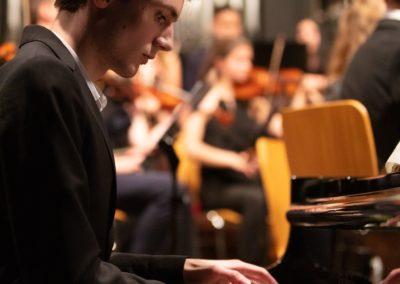 Sebastian Ickstadt spielt einen Klavierpart seines selbst komponierten Konzertstücks
