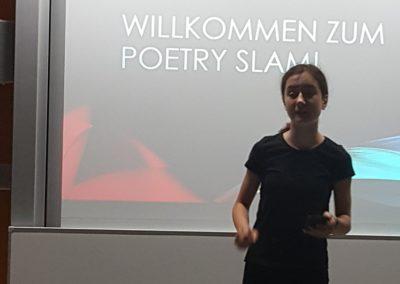"""Zoe K. (7a) setzt Lessings Drama """"Nathan der Weise"""" mit ihrer Performance zu ihrem Text """"Kreuzritter- Chaos"""" gekonnt in Szene."""