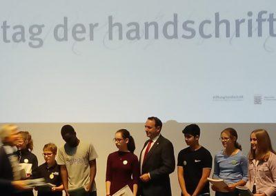 Auszeichnung auf der Bühne im Museum Wiesbaden.