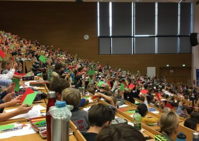 Der Hörsaal war bis auf den letzten Platz gefüllt zur 17. Frankfurter Kinder-Uni