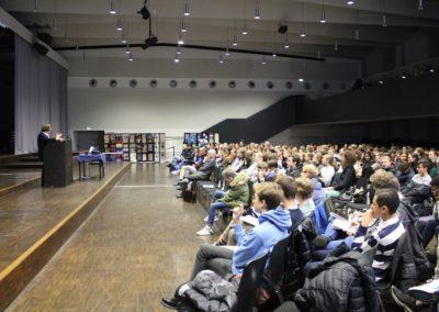 Frau Staatsekretärin a. D. Hildigund Neubert vor interessierten Schülerinnen und Schülern der Oberstufe des Lessing-Gymnasiums