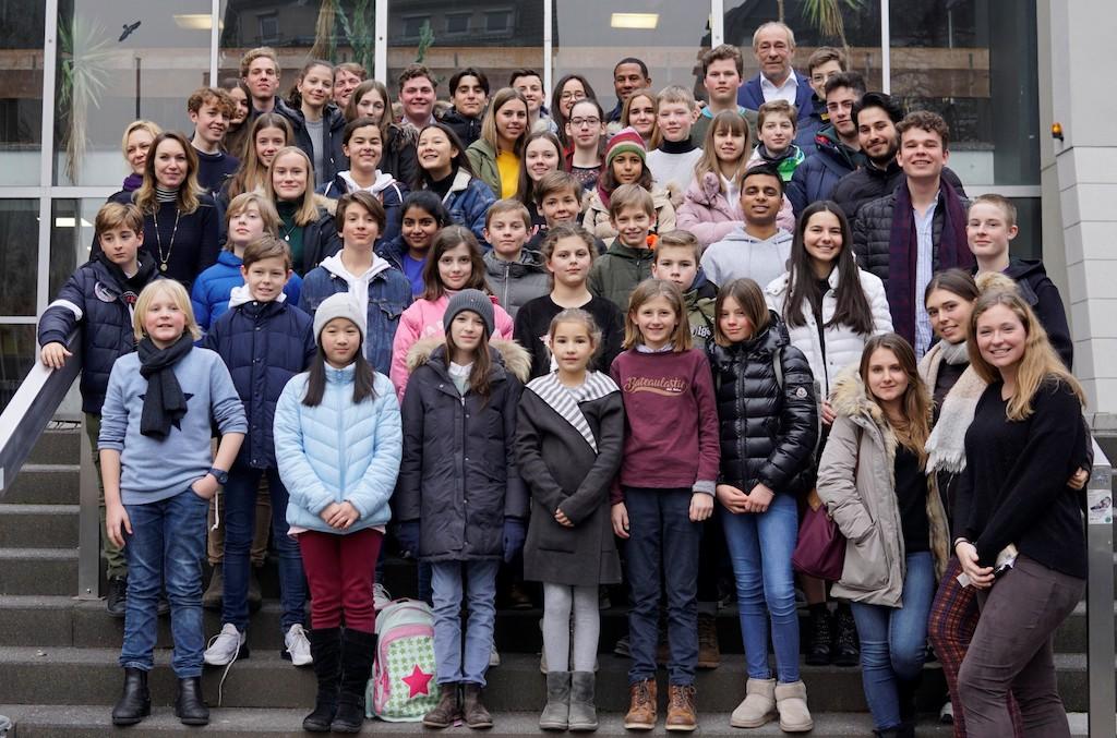 """Die Delegierten des Projektes """"Schule ohne Rassismus - Schule mit Courage"""" und dem Paten des Projektes, Peter Fischer"""
